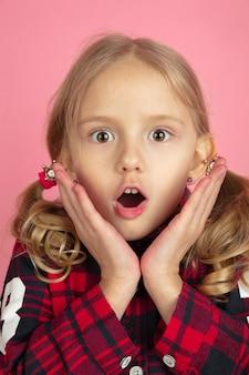 Caucasiennes petites filles bouchent portrait sur mur de studio rose