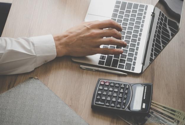 Causal mâle comptable travailleur main à l'aide d'ordinateur portable