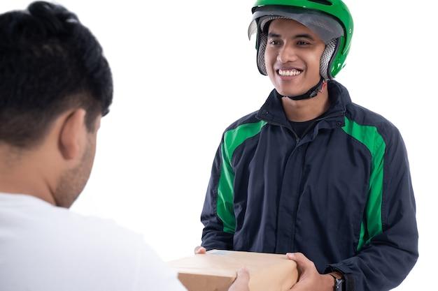 Cavalier ou chauffeur uber masculin livrant le colis au client