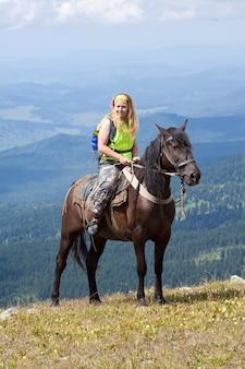 Cavalier à cheval à la montagne
