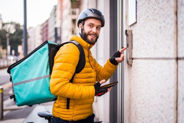 Cavalier du service de livraison de nourriture livrant de la nourriture à des clints avec vélo