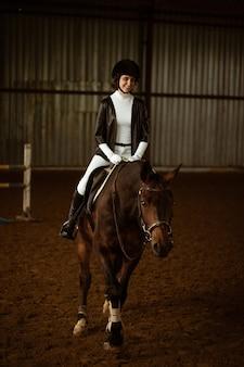 Cavalier inconnu sur un cheval de dressage une photo abstraite d'un cheval pendant la compétition jolie fille jocke...