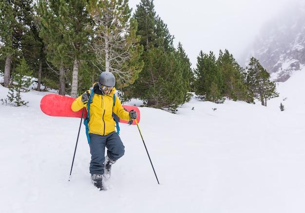 Cavalier libre profitant de la neige