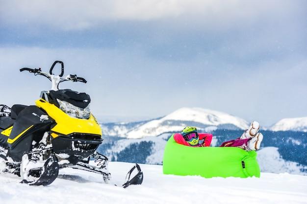 Cavalier sur la motoneige dans les montagnes