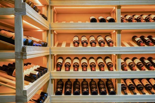 Cave avec des bouteilles