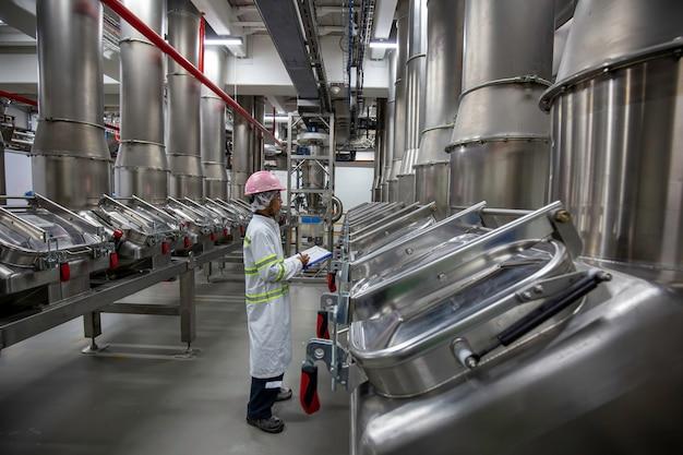 Cave à poudre de processus d'inspection du travail masculin à l'usine de réservoirs verticaux en acier inoxydable