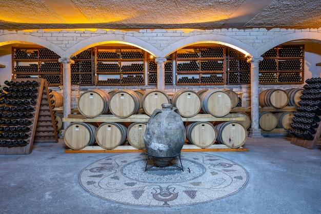 Cave à vin avec barriques et bouteilles