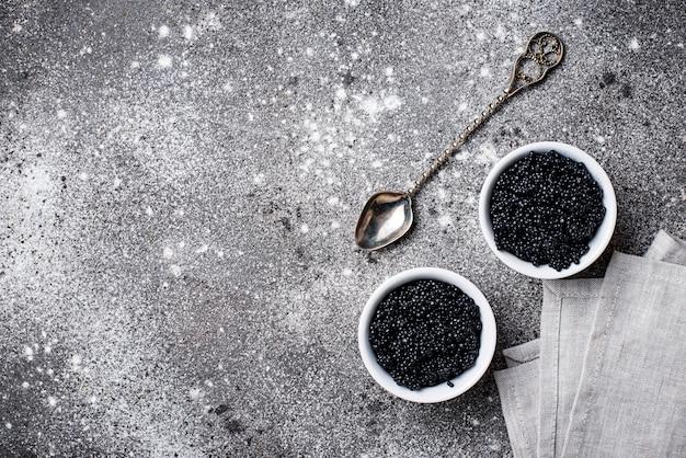 Caviar d'esturgeon noir dans des bols