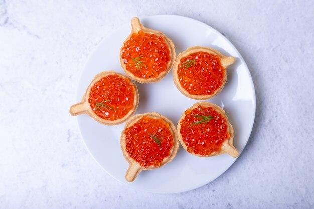 Caviar rouge (caviar de saumon) en tartelettes. mise au point sélective, gros plan, vue de dessus.
