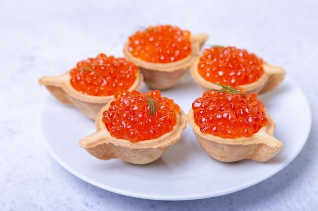 Caviar rouge (caviar de saumon) en tartelettes. mise au point sélective, gros plan.