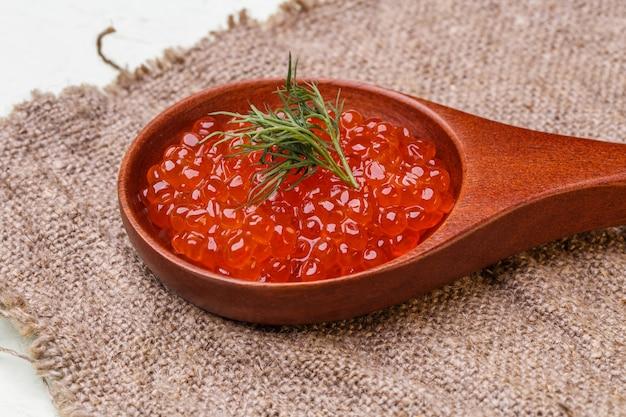 Caviar rouge dans une cuillère en bois