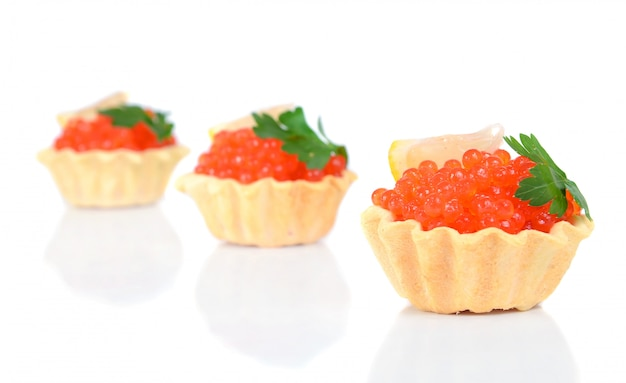 Le caviar rouge est dans un panier