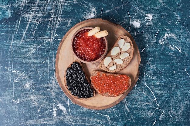 Caviar rouge et noir sur tranches de pain.