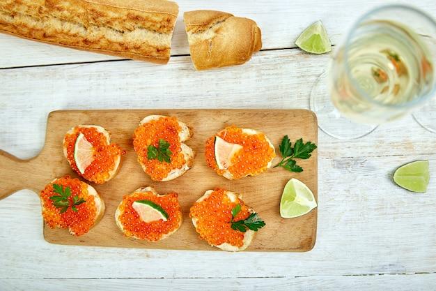 Caviar rouge sur des toasts avec des tranches de citron