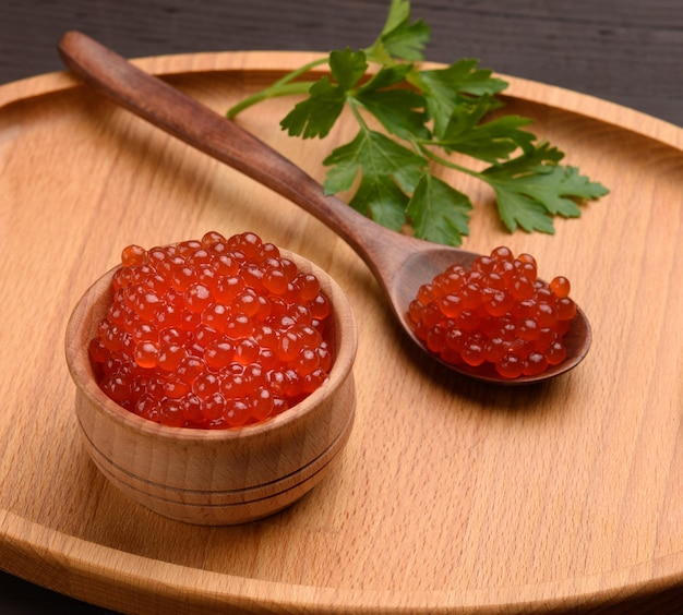 Caviar de saumon kéta rouge dans un bol en bois, nourriture délicieuse et saine, gros plan