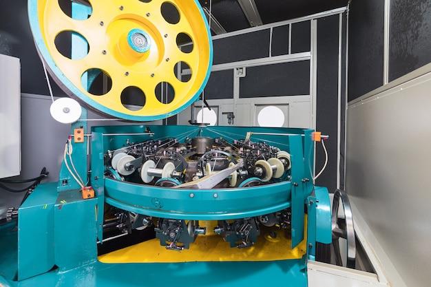 La cavité interne de la machine à tresser. equipement pour la fabrication de tresses à partir de fil métallique alumino-cuivre.