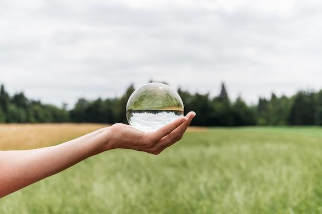 Cball dans la nature avec une belle prairie verte et champ de blé doré reflétant dans la sphère