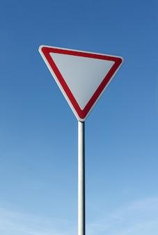 Cédez le chemin signe sur fond de ciel bleu