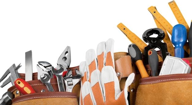 Ceinture à outils avec des outils sur fond blanc
