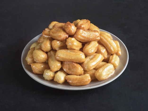Célébration des bonbons arabes eid ramadan. dessert turc traditionnel tulumba - tulumba tatlisi.