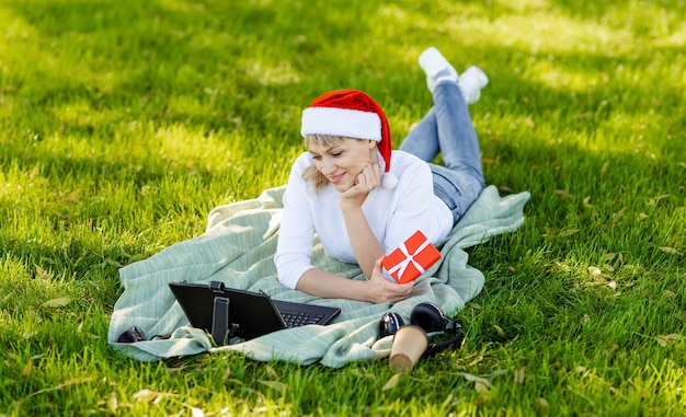 Célébration à distance de vacances en ligne noël ou nouvel an en lock-out