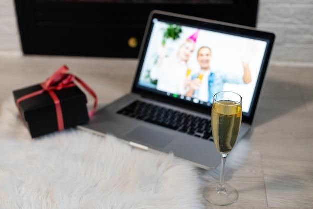 Célébration à distance des vacances en ligne de noël x mas nouvel an en quarantaine coronavirus confinement covid 19 nouvelle normalité, distance sociale, communication à distance, vocation de rester à la maison, fête de noël en ligne