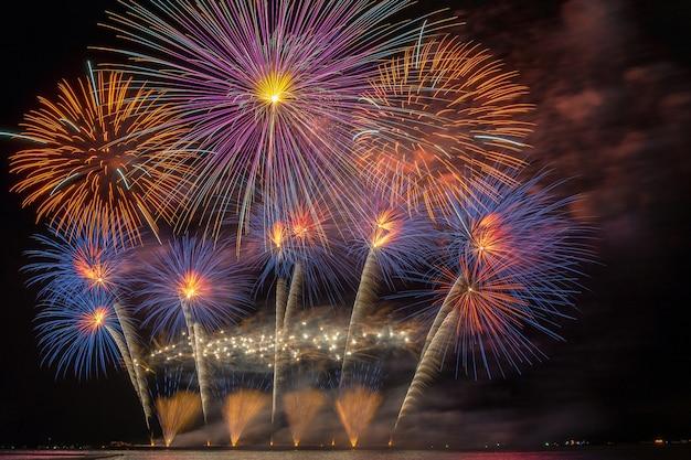 Célébration du feu d'artifice multicolore fantastique du grand bateau sur la mer, concept de célébration