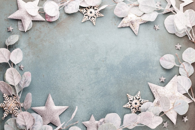 Célébration du nouvel an et fond de noël eucalyptus et décorations étoiles de noël vue de dessus.