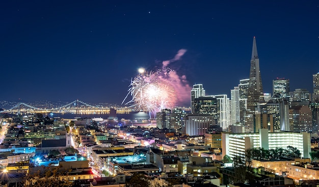 Célébration du nouvel an à san francisco. paysage urbain du centre-ville