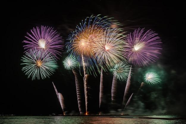 Célébration fantastique du feu d'artifice multicolore du grand bateau sur la mer
