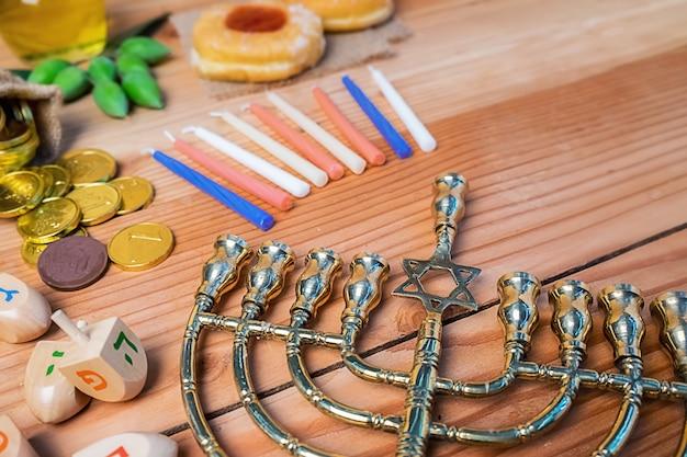 Célébration de la fête juive de hanukah avec la menorah
