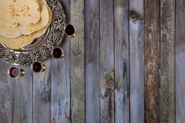 Célébration de la fête juive de la pâque matzoh matzoh avec kiddush quatre tasse de vin rouge casher