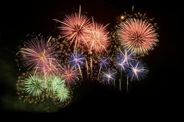 Célébration de feux d'artifice colorés et fond de ciel de minuit.