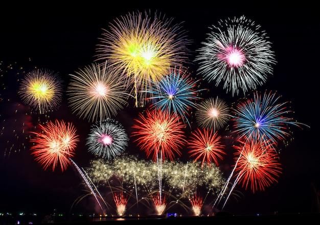 Célébration avec feux d'artifice la nuit