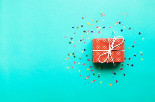 Célébration, idées de concepts d'arrière-plans de fête avec boîte-cadeau colorée