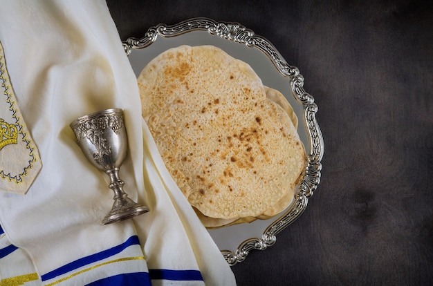Célébration juive de pessa'h avec tasse de vin casher matsa sur la fête de la pâque juive traditionnelle