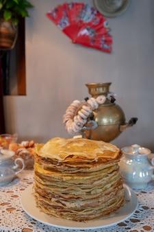 Célébration de maslenitsa avec des crêpes et du thé de samovar