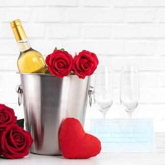 Célébration De La Saint-valentin Avec Concept De Protection De Vin, De Bouquet Et De Masque Facial Pendant Cette Période Difficile. Photo Premium