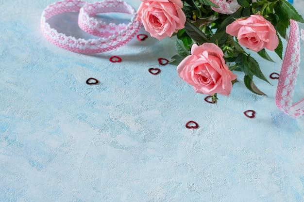 Célébration de la saint-valentin, fête des mères ou anniversaire. bouquet de fleurs roses fraîches. copiez l'espace.