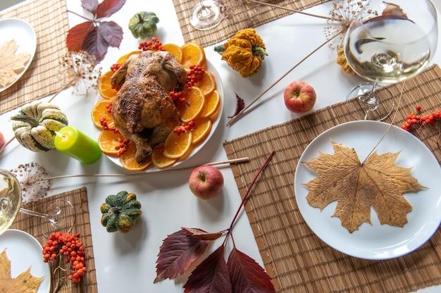 Célébration de thanksgiving dîner traditionnel concept de nourriture. vue de dessus sur la dinde rôtie sur une table décorée.
