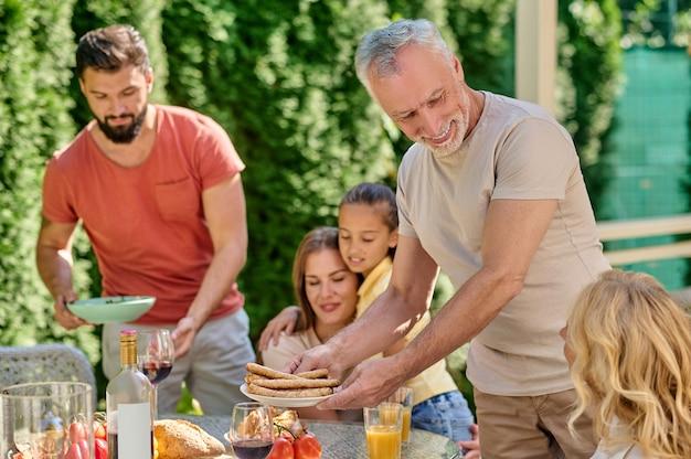 Célébration de thanksgiving. une famille assise à table et semblant joyeuse