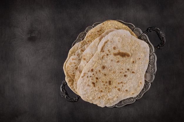 Célébration traditionnelle de la fête de la pâque avec du pain sans levain matza casher