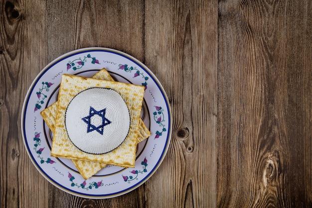 Célébration traditionnelle juive de pessa'h avec matsa casher pendant les vacances de la pâque