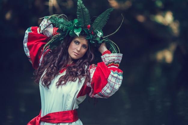 Célébration de vacances traditionnelle russe ivan kupala. belle femme en guirlande de fleurs sauvages