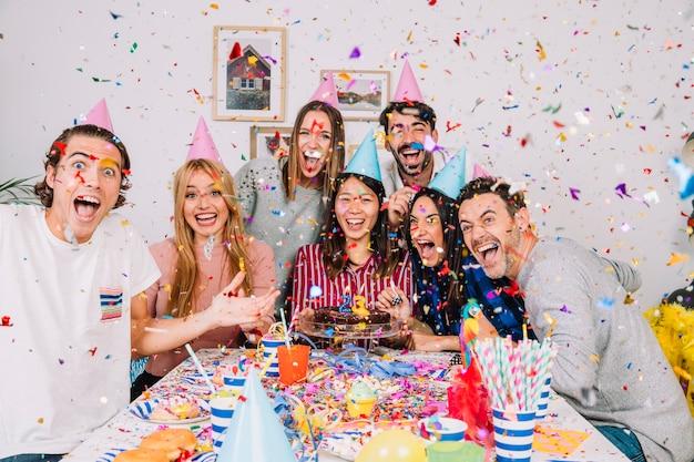 Célébrations d'anniversaire avec des amis qui crient