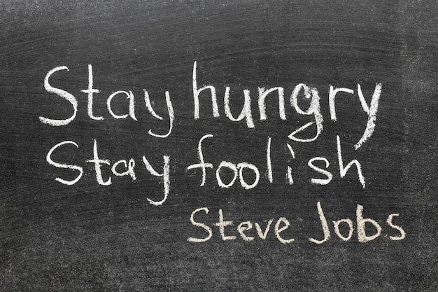 Célèbre citation de steve jobs - 'restez affamé, restez stupide' écrit à la main sur le tableau noir