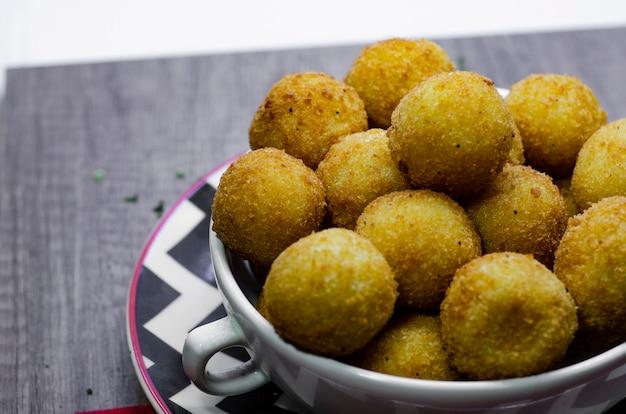 Célèbre collation salée brésilienne «bolinha de queijo» (boule de fromage frit)