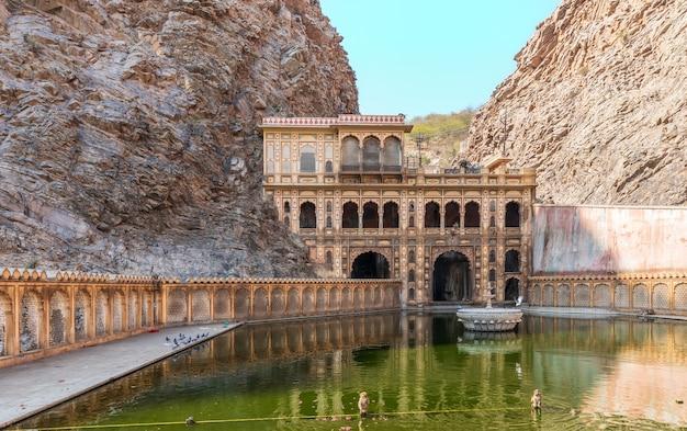 Célèbre monkey temple kund à jaipur, rajasthan, inde.