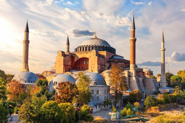 Célèbre mosquée sainte-sophie au coucher du soleil, istanbul, turquie.