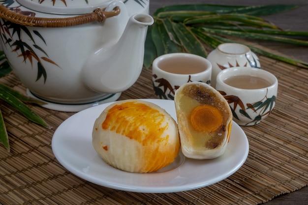 Célèbre nourriture chinoise--mooncakes, qui sont des pâtisseries chinoises traditionnellement consommées pendant la fête de la mi-automne